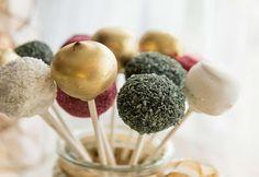 Weihnachtliche Cakepops Foto: Claudia Plattner Cakepops, Desserts, Food, Sprinkles, Stick Candy, Coconut Flakes, Ginger Beard, Treats, Easy Meals