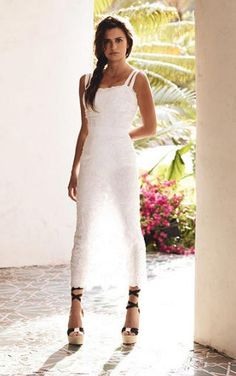 Penelope Cruz styled in white by Vogue US. A nice outfit isn't it ?