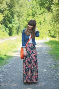 Saia longa floral com camisa jeans