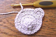 くまモチーフの編み方 [かぎ針編みレシピ・編み図と手芸雑貨のお店 Ronique] Free Pattern, Crochet Earrings, Handmade, Hand Made, Sewing Patterns Free, Handarbeit