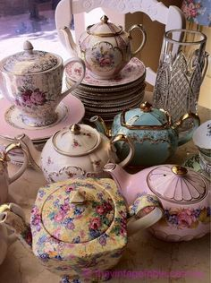 Vintage China whiteroses-in-spring: (via How many high tea sets can one ask for? Neeeeeed this! Style Cottage, Vintage China, Vintage Teapots, Tea Sets Vintage, Vintage Party, Vintage Decor, Teapots And Cups, My Cup Of Tea, Chocolate Pots