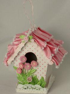 Nichoir dont le toit est en ruban froncé et la clôture en napperon de papier