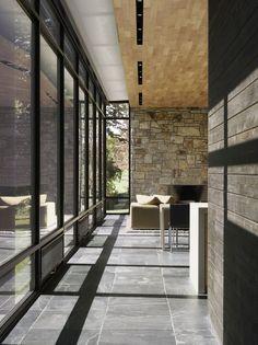 Verrière métal, mur pierre, plafond bois