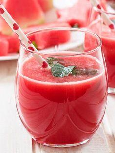 Centrifugato di anguria: come non apprezzare, soprattutto d'estate, questo cocktail di liquidi e sali minerali dolcissimo e profumato dal lime?