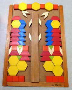 """""""Spiegelen"""" gemaakt op een leeg houten puzzelbord met een lange blok in het midden. Gemaakt door een 5 jarige kleuter !"""