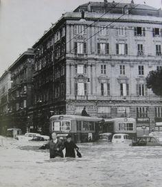 """Alluvione a Genova, 7-8 ottobre 1970. Io la ricordo bene, avevo 11 anni. Ricordo la paura, i morti. Ma ricordo anche la solidarietà discreta di tutti i genovesi, i ragazzi (che nelle alluvioni successive sarebbero stati chiamati """"angeli del fango"""") con le pale in mano, la voglia di ricominciare... Mi emoziona ancora rivedere queste foto..."""