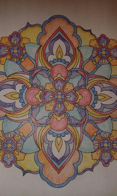 Mandala uit 'Mijn wonderlijke wereld' van Masja van den Berg. Ingekleurd met Faber Castell Polychromos.