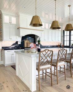 Cozinha provençal: 75 decorações para um ambiente clássico e romântico – Tua Casa Wicker Bar Stools, Cool Bar Stools, Modern Bar Stools, Kitchen Bar Design, Kitchen Decor, Kitchen Ideas, Kitchen Trends, Real Kitchen, Kitchen Stuff