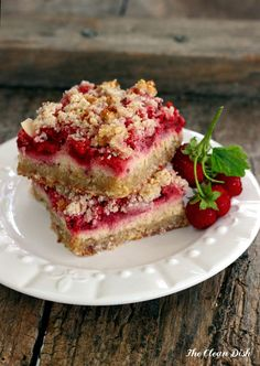 Strawberry Sour Cream Crumb Bars {grain free and gluten free, refined sugar free}. Replace sour cream with cashew cream or coconut cream for vegan bars Gluten Free Deserts, Gluten Free Sweets, Sugar Free Desserts, Sugar Free Recipes, Foods With Gluten, Gluten Free Cooking, Paleo Dessert, Low Carb Desserts, Healthy Sweets