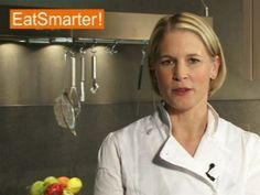 Ein Video zum Thema: Auberginen in lange Scheiben schneiden. Sehen Sie weitere hilfreiche Videos auf EAT SMARTER!