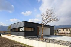 Dark modern home in Shikanodai. One Story Homes, Story House, Cafe Idea, Architecture, Garden, Outdoor Decor, Modern, Home Decor, Country