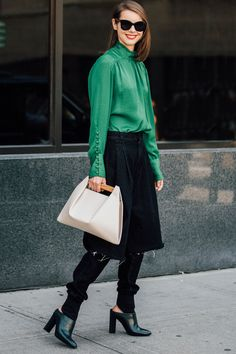 London Fashion Week Street Style: London Fashion Week is here, see who's setting the street style sartorial tone for the spring/summer 2018 shows. Street Style 2017, Street Style Trends, Spring Street Style, High Street Fashion, Street Chic, Street Snap, London Fashion Weeks, Street Looks, Simply Fashion