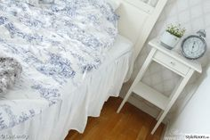 Lantligt sovrum med sänggavel