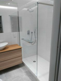 w ostateczności tak może wyglądać prysznic (z odpływem liniowym i innym zestawem, i z półkąw ścianie :D)