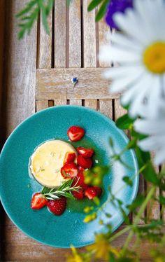 Rosemary infused panna cotta ©Hanna Stolt |Gurmee.net Burnt Sugar, Types Of Desserts, Caramelized Sugar, How To Dry Rosemary, Wonderful Recipe, Cream And Sugar, I Foods, Panna Cotta, Nom Nom
