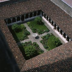 BOSTOCK/ Read the thematic essay Building Stories: Contextualizing Architecture at The Cloisters on the Heilbrunn Timeline of Art History. Earthship, Garden Art, Garden Design, Dissolution Of The Monasteries, Courtyard House Plans, Casa Patio, Casas Containers, Village House Design, The Cloisters