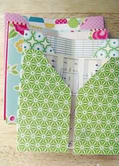 Tuesday Tutorial: Pocket-Page Mini-Album Pocket page mini tutorial Maybe I could use this to organize receipts in my purse! Or Cash? Each page for different areas of the budget! Lots of possibilities! Planner Stickers, Mini Albums, Book Making, Card Making, My Planner Colibri, Receipt Organization, Organizing, Handmade Books, Handmade Journals