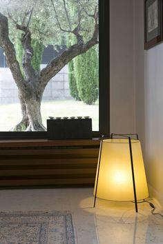 On vous présente aujourd'hui le lampadaire Akane. Son abat-jour en papyrus et son style asiatique créent l'ambiance chaleureuse dont on a besoin ces jours d'hiver. Un lampadaire parfait pour votre salon! Vous le trouvez dans  #luminairesinterieur #lampadaires #lampesdesign