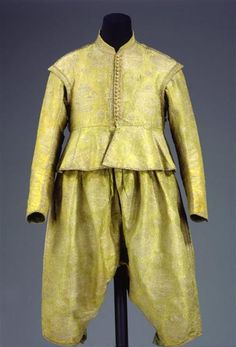1629, probably tailored in Dresden with Italian silk. Grass green broccato, lining of linen and green silk satin.