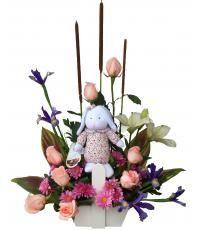 Akemi:  Diseño de rosas e iris, con Lilium y margaritas acompañados de linda conejita, ideal para dar la bienvenida a una recién nacida. Pídelo por delivery en Lima llamando por el sitio web de florería Pétalos y Hojas