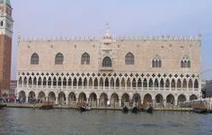Fachada principal del Palazzo Ducale, junto al Canal, con diecisiete arcadas con columnas sin basa y bellos capiteles, de longitud casi idéntica a la de la Piazzetta  San Marco que dispone de dieciocho capiteles. Destaca el balcón central que preside la fachada. A la izquierda, el Campanile - Portal Fuenterrebollo