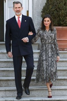 Modest Dresses, Nice Dresses, Spanish Royal Family, Royal Queen, Fashion Couple, Queen Letizia, Queen Victoria, Royal Fashion, Dress Skirt
