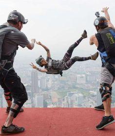 Guten Flug! Basejumperin Clair Marie lässt sich von ihren Freunden von der 300 Meter hohen Plattform des Kuala Lumpur Towers werfen. Es ist ein Geburtstagsgeschenk für die US-Amerikanerin