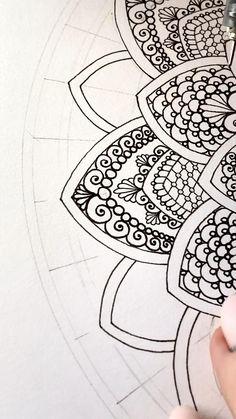 Easy Mandala Drawing, Mandala Doodle, Simple Mandala, Mandala Art Lesson, Doodle Art Drawing, Mandala Artwork, Zentangle Drawings, Zentangles, Doodle Art Designs