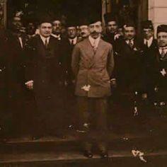 صورة الملك فيصل الاول واقفا عند مدخل المفوضية العراقية في القاهرة .