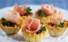Once Upon a Plate: Brie, Prosciutto and Chutney Tart Bites -- Crisp the shells at Add brie and return to oven for a few moments to let the cheese melt. Remove from oven and add your favorite sweet topping (preserves, honey, etc) on top of melted cheese. Prosciutto, Finger Food Appetizers, Finger Foods, Bite Size Breakfast, Tart Shells, Pastry Shells, Quiche Dish, Salsa Picante, Appetisers