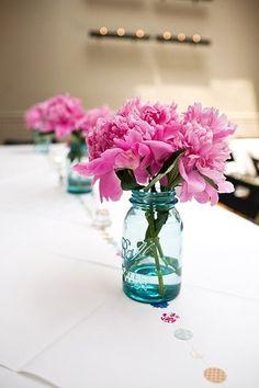 薄いブルーの瓶にはピンクの花が映えます。