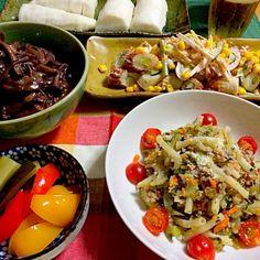 赤ワイン煮込みは色が悪く仕上がりました〜 でも、味は美味しかったとりあえずホッ - 30件のもぐもぐ - 鶏むね肉ときのこの赤ワイン煮込み、セロリと玉ねぎと挽肉炒めのマカロニ和え、ちくわ胡瓜とマヨキムチのサラダ、大根のぬか漬け、ピクルス by reirei7