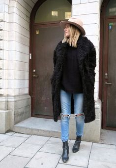 Fashion Fade Magazine : Look Chic In Ripped Jeans! Denim On Denim, Denim Look, Black Denim, Black Leather, Fashion Mode, Look Fashion, Womens Fashion, Jeans Fashion, Fashion 2017