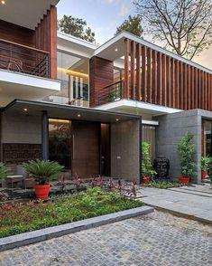 Adoraria conhecer o interior dessa casa maravilhosa. Adorei os brises de madeira e a Madeira que reveste algumas alvenarias.