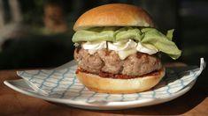 Hamburger de veau et pesto de tomates Bbq Grill, Barbecue, Grilling, Hamburger, Calzone, Voici, Sandwiches, Lunch, Snacks