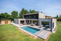 Une piscine contemporaine dans la Brabant Wallon en Belgique - Piscinelle Wood Architecture, Modern House Plans, New Construction, Villas, Future House, Building A House, Beautiful Homes, Sweet Home, Backyard