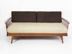 Extendable teak daybed - mid century - with béige mattress and anthracite cushions, and beautiful slightly angled legs. If you slide out the sofa, you can put one of the anthracite cushions between the railing and the mattress to transform the sofa into a bed; daybed.
