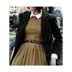 Cable knit dress in a mustard brown with white collar, brown belt, and dark gree. - Cable knit dress in a mustard brown with white collar, brown belt, and dark green blazer Source by juliobscure - Preppy Mode, Preppy Style, My Style, Country Style, Country Outfits, Country Life, Vintage Mode, Look Vintage, Vintage Outfits