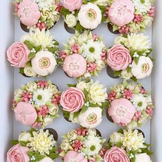 In terms of wedding desserts, couples have a number of different (and delicious! Cake pops, donuts, and macaroons have all been popular in recent Cupcakes Flores, Floral Cupcakes, Floral Cake, Rosette Cupcakes, Cupcake Decorating Tips, Cake Decorating Techniques, Cupcake Flower Bouquets, Flower Cakes, Frosting Flowers