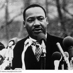 Martin Luther King, Jr.Nota 1 (Atlanta, 15 de enero de 1929 – Memphis, 4 de abril de 1968) fue un pastor estadounidense de la iglesia bautista1 que desarrolló una labor crucial en Estados Unidos al frente del Movimiento por los derechos civiles para los afroamericanos y que, además, participó como activista en numerosas protestas contra la Guerra de Vietnam y la pobreza en general.  Por esa actividad encaminada a terminar con la segregación estadounidense y la discriminación racial a través…