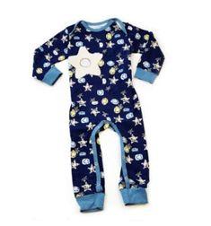 Auf diesem süssen Baby Schlafanzug, mit einem Stern als Leinwand, kann die smarte Applikation Mary by sticklett angebracht werden. Es haftet darauf aber auch jede beliebig andere sticklett Applikation. Der Schlafanzug lässt sich dank Drucknopfverschluß an den Beinchen und Envelopeausschnitt leicht überziehen. Mit der großzügigen Beinöffnung geht das Wickeln ganz einfach. 100% ökologische Baumwolle (ÖKO-TEX) Wetsuit, Onesies, Swimwear, Kids, Clothes, Collection, Fashion, Star, Appliques