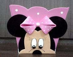 LINDO CENTRO DE MESA MINNIE CACHEPÔ FEITO EM EVA SUPER LINDO DECORADO A MÃO COMCOM MUITO CARINHO E DELICADEZA DETALHES EM ALTO RELEVO...  TAMBÉM PODE SER A LEMBRANCINHA DA SUA FESTA.  NÃO PERCA TEMPO ENCOMENDE. Mini Mouse Baby Shower, Baby Mouse, Minnie Mouse 1st Birthday, Mickey Mouse Clubhouse, Mickey Craft, Creative Box, Paper Crafts Origami, Birthday Treats, Valentine Day Crafts