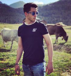 Todos los días al terminar de grabar me voy a la montaña con mis vaquitas, siempre quise tener mi ganado. Esto es vida amigos 🐮☺️😊 Deadshot, Ten, Boys, Mens Tops, T Shirt, Instagram, Cattle, Girlfriends, Singers