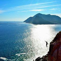 Na companhia da imensidão do Atlântico. @jonojvv #slackclick #slackline #highlining #balance #montanha #natureza #slacklining
