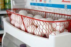 Wenn du regelmäßig mehr als 12 Eier hast, eignet sich ein Korb im Kühlschrank am besten.   18 simple Tricks, wie dein Kühlschrank niemals dreckig wird