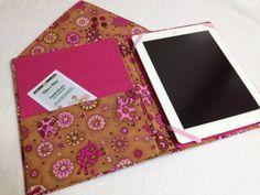 Capa para Ipad ou Tablet feito em cartonagem revestido com tecido Importado 100% algodão + luva para colocar sua capa e Ipad O aparelho fica preso por elásticos à capa. O fechamento é feito por elástico. Produto feito sob encomenda nas dimensões do seu aparelho. R$ 75,00