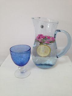 Aromatisiertes Wasser mit Rosenblüten und Rosmarin
