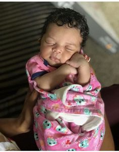 This baby is too cute like every time I look at a baby I have baby fever 🤒 – Baby Ideas Cute Mixed Babies, Cute Black Babies, Beautiful Black Babies, Cute Little Baby, Pretty Baby, Cute Baby Girl, Beautiful Children, Adorable Babies, Brown Babies