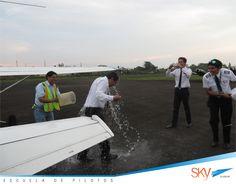 Un buen baño después de haber realizado tu primer vuelo solo.. Felicitaciones Nestor Guachizaca!!