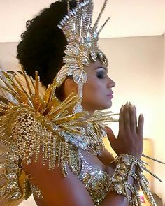 Amazing costume embellished with fancy trim, large jewels, sequins and Costume Carnaval, Samba Costume, Art Costume, Cool Costumes, Dance Costumes, Carnival Decorations, Carnival Themes, Carnival Masks, Carnival Signs